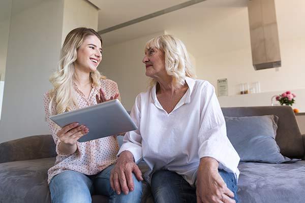 Une jeune femme et une retraitée parlent du CESU